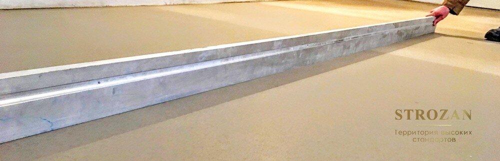 Проверка наливного пола правилом 3 м. Особенно внимательно проверяйте места, где пол примыкает к стенам и углам.